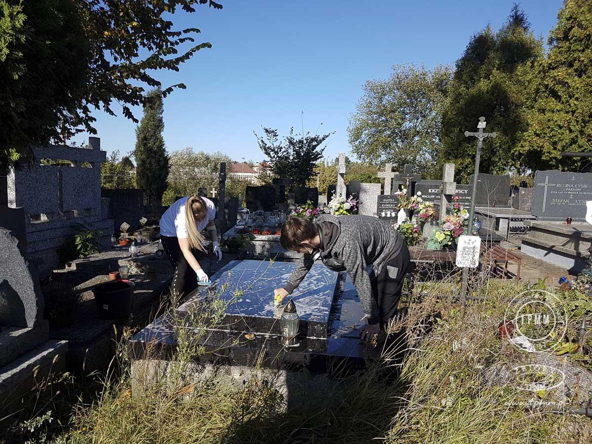 uczniowie-pomoc-cmentarz-zm-3