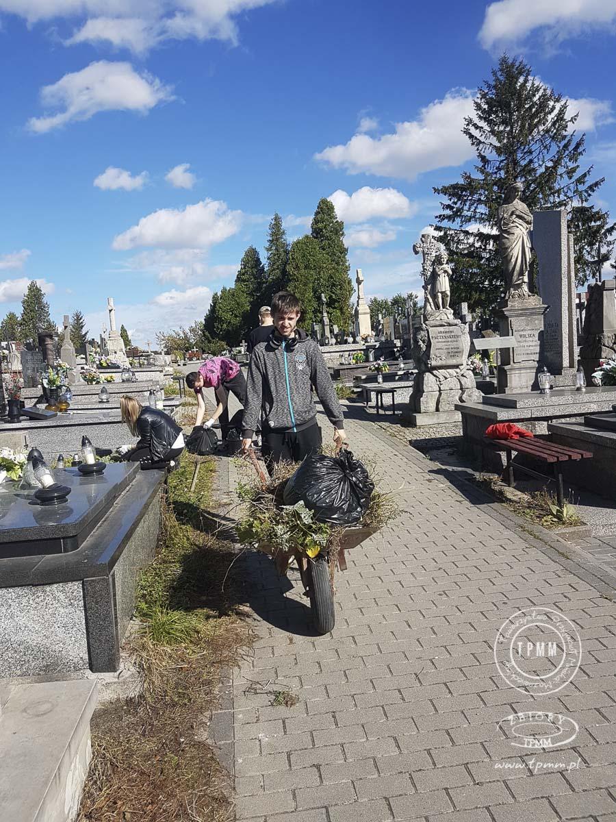 uczniowie-pomoc-cmentarz-zm-5